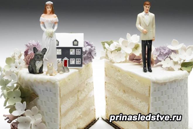 Торт с невестой и женихом, разрезанный пополам