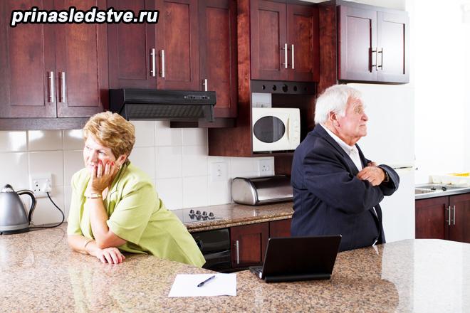 Пожилая семейная пара на кухне
