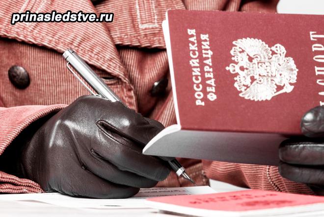 Женщина в пертчатках заполняет бланк, в руке держит паспорт