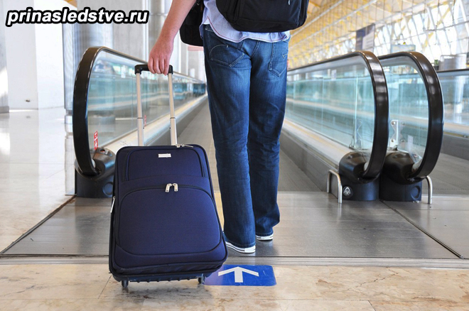Мужчина в аэропорту с багажом