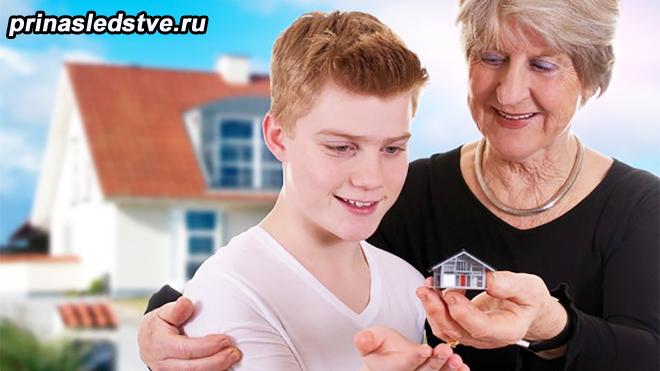 Бабушка показывает игрушечный домик внуку