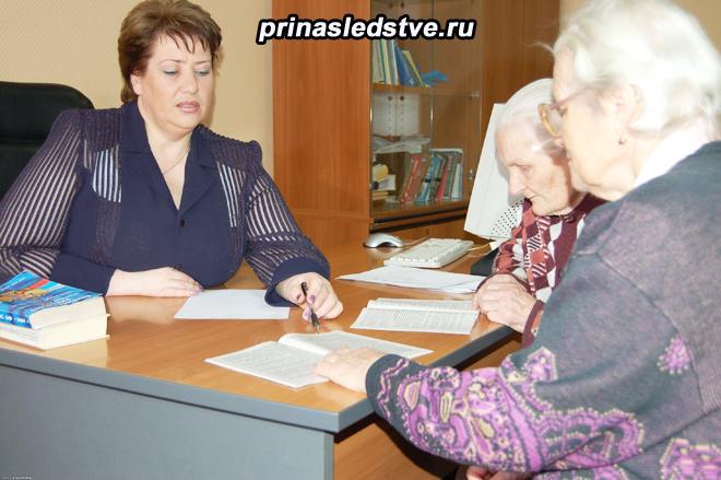 Пожилая пара и женщина общаются за столом
