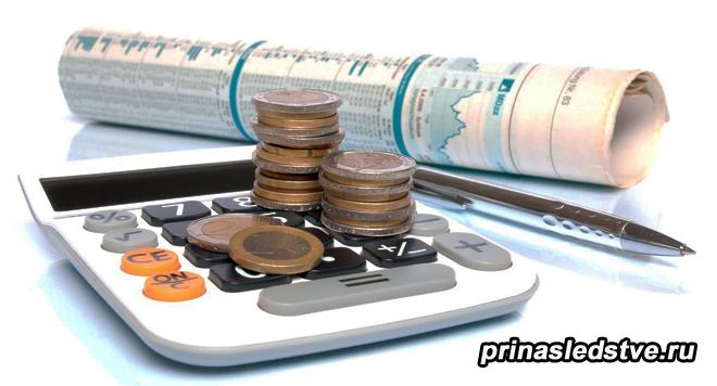 Деньги, монеты, калькулятор, сверток бумаги