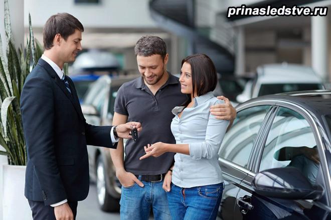 Продавец и покупатели автомобиля общаются