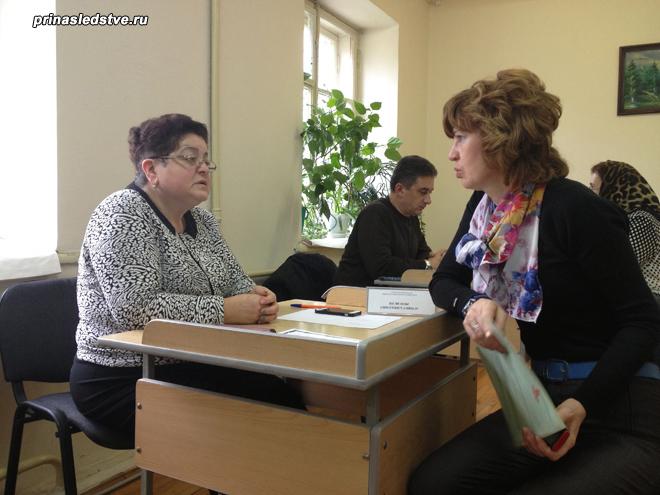 Женщина на приеме у нотариуса
