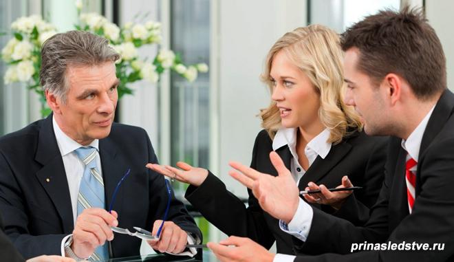 Молодая пара ведет диалог с юристом