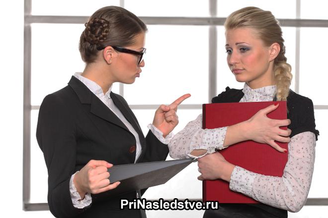 Женщины в деловых костюмах