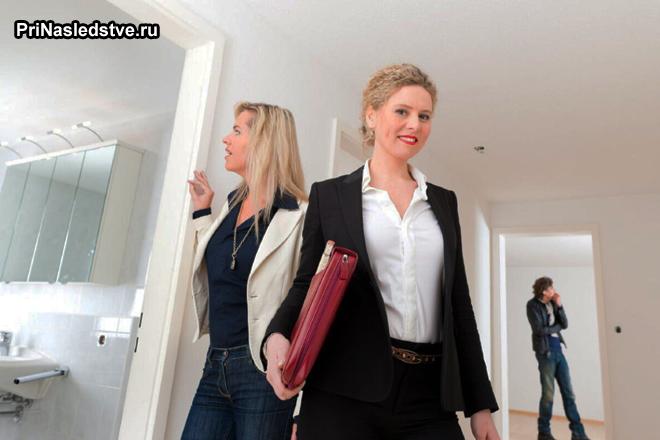 Две женщины осматривают квартиру