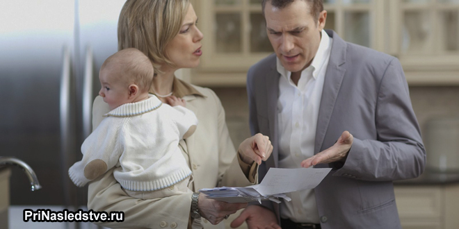 Девушка с ребенок выясняет отношения с мужчиной
