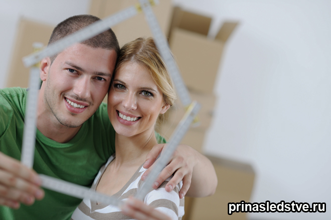 Девушка и мужчина смотрят через импровизированный домик