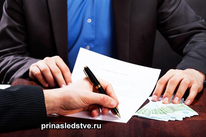 Мужчины в деловых костюмах подписывают документы