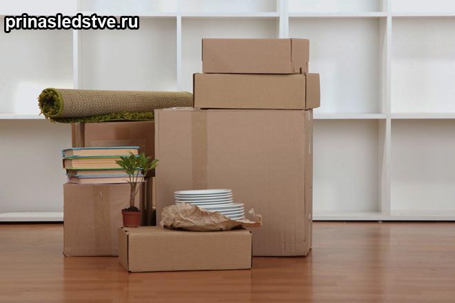 Собранные вещи в коробках для переезда