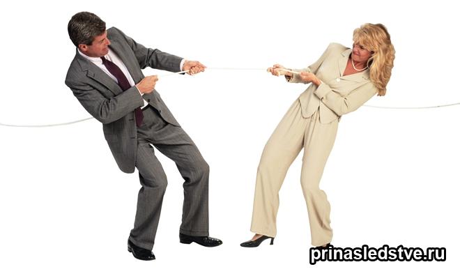 Мужчина и женщина перетягивают канат