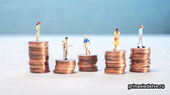 Фигурки людей стоят на монетах