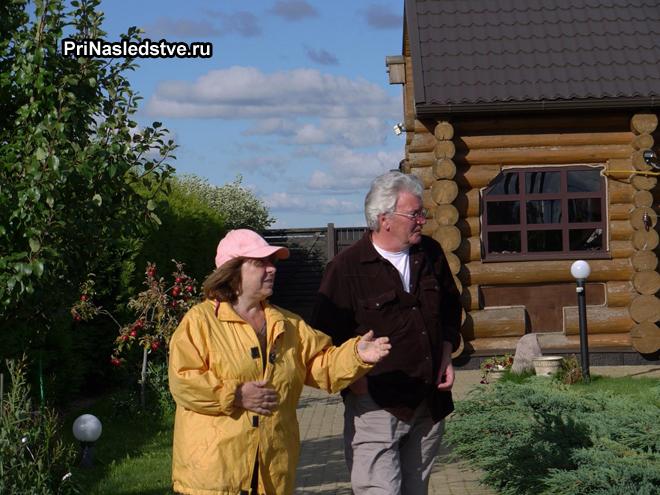 Пенсионеры на дачном участке