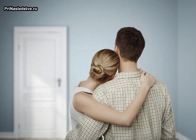 Семейная пара в пустой квартире
