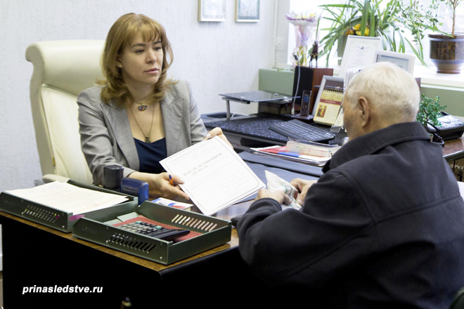 Девушка передает документы пенсионеру