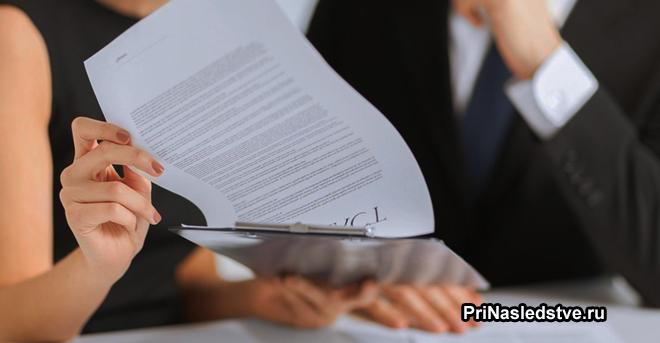 Девушка читает документы у нотариуса