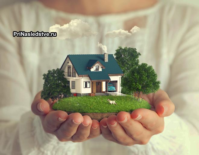Девушка держит в руках игрушечную дачу