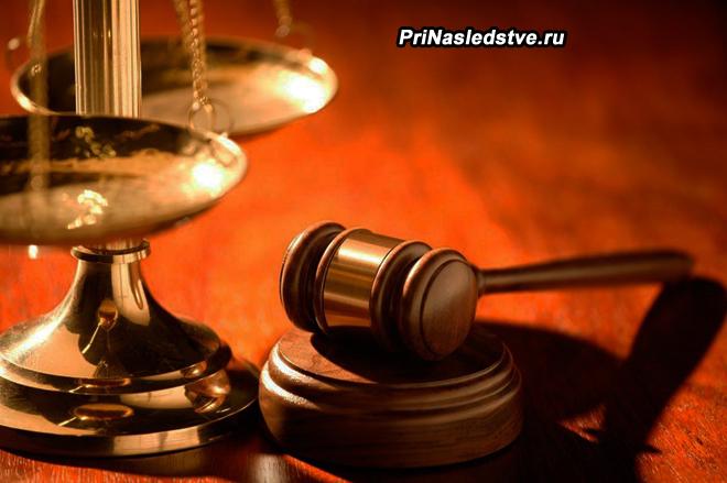 Весы Фемиды и молоточек судьи