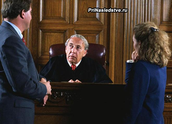 Мужчина и женщина разговаривают с судьей