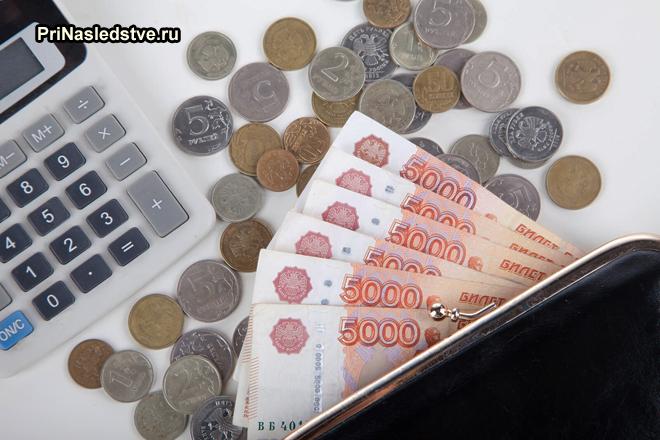 Деньги, калькулятор, кошелек
