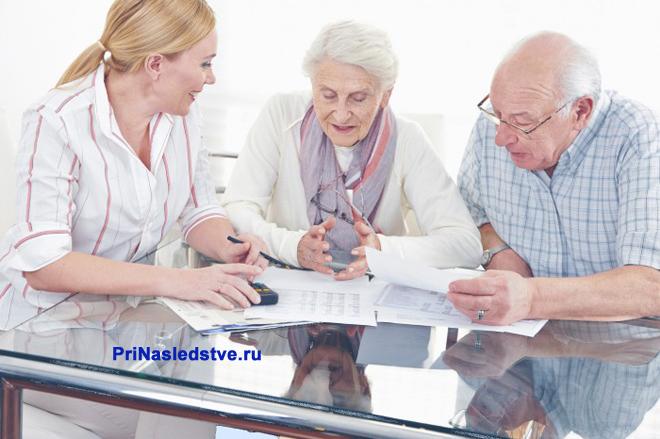 Родственники обсуждают за столом важные вопросы