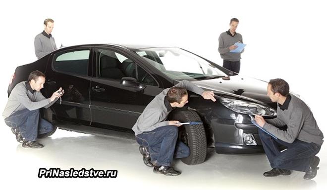 Одинаковые мужчины осматривают машину