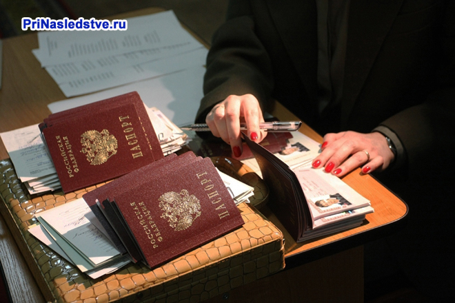 Девушка разбирает паспорта РФ