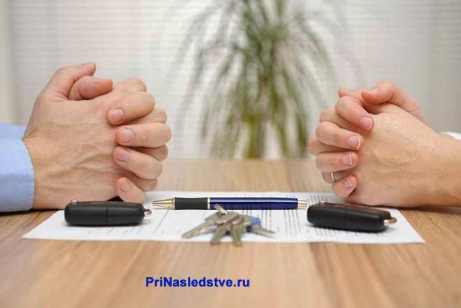 Муж и жена делят имущество за столом переговоров