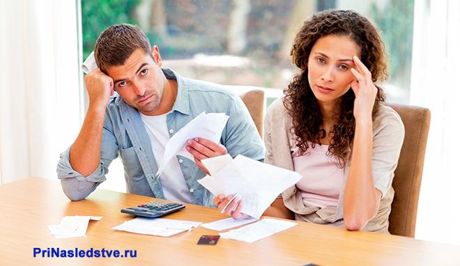 Молодая пара разбирается в документах