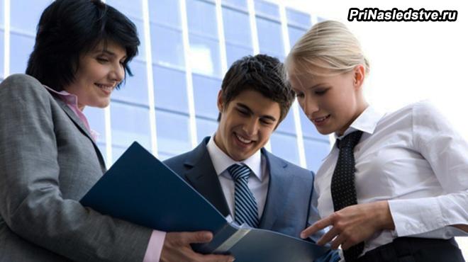 Офисные работники смотрят рабочую папку
