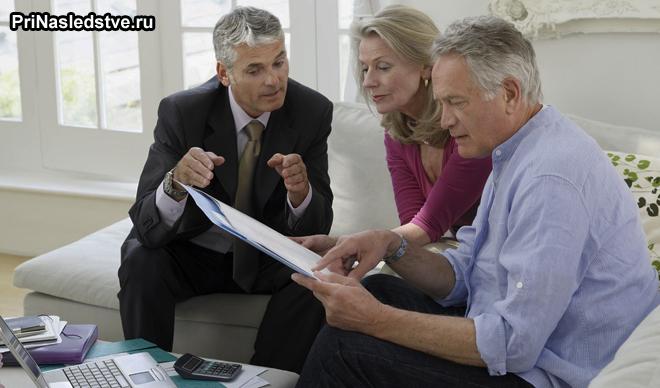 Пожилая семейная пара советуется с юристом