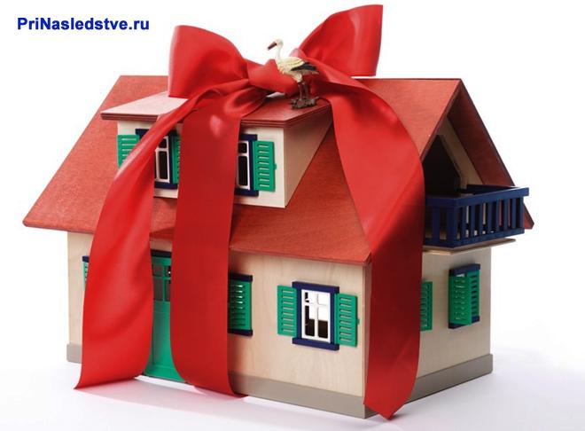 Игрушечный домик с подарочным бантом