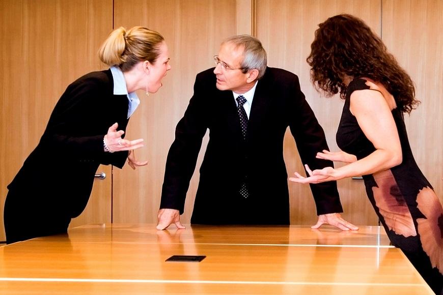 Две женщины и мужчина спорят между собой