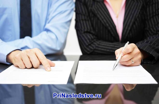 Мужчина и женщина смотрят документы на столе