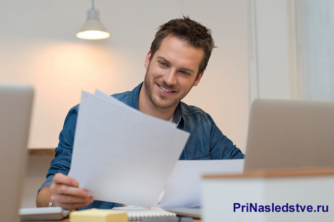Мужчина читает бумаги