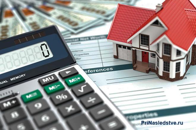 Калькулятор, бланк, макет частного дома