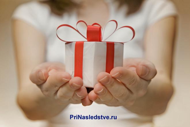 Девушка держит в руках подарок