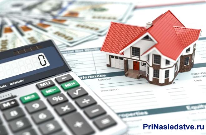 Калькулятор, дом, деньги, бумаги, макет частного дома