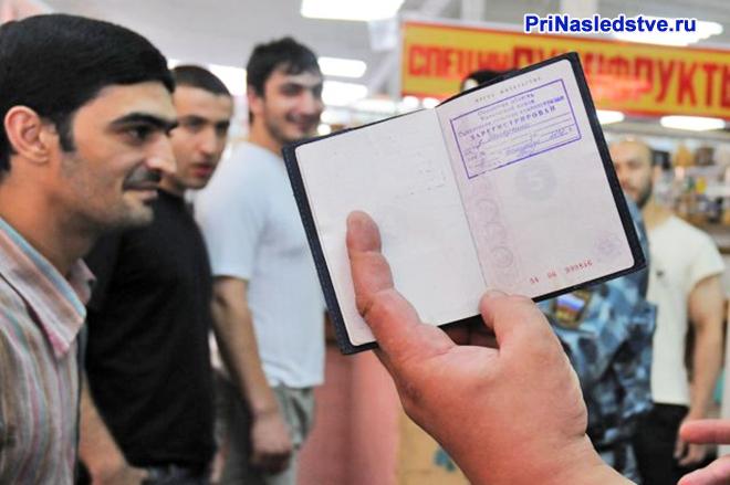 У иностранных граждан проверяют документы