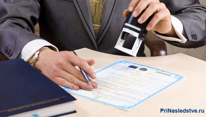 Бизнесмен ставит печать на документах