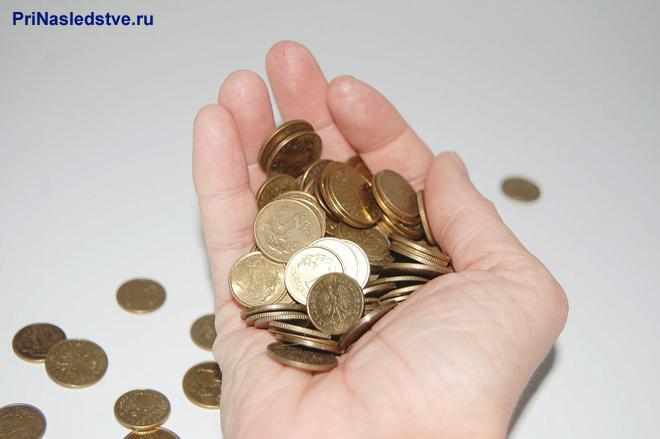 В руке монеты