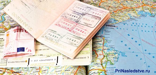 Паспорта с отметками лежат на географической карте