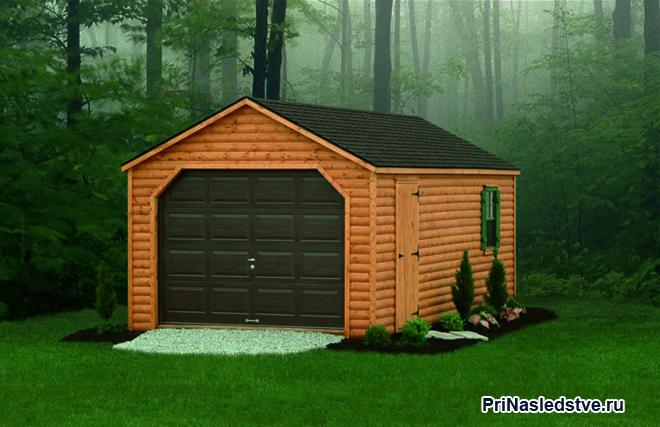 Деревянный гараж в лесу