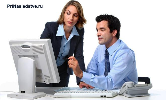 Мужчина и женщина работают за компьютером