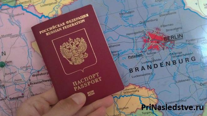 Паспорт лежит на географической карте