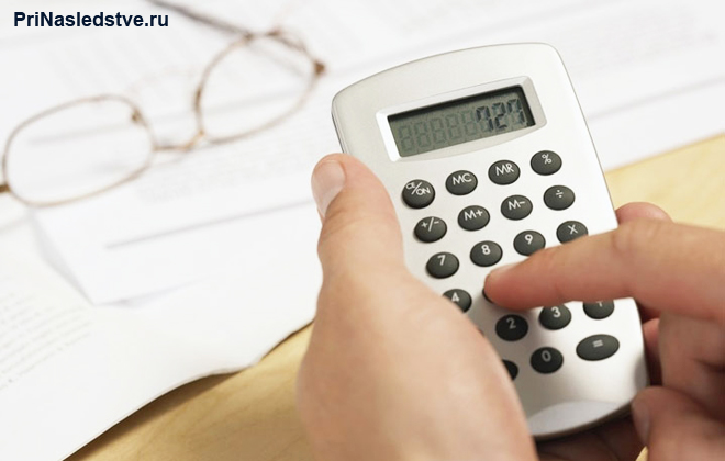 Человек считает на калькуляторе