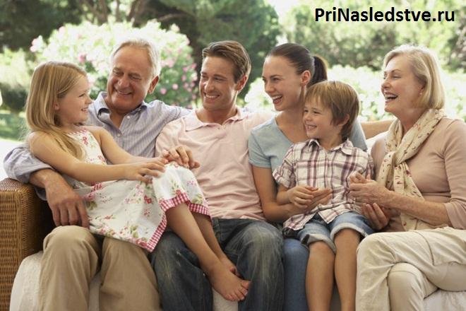 Счастливая семья сидит вместе на диване