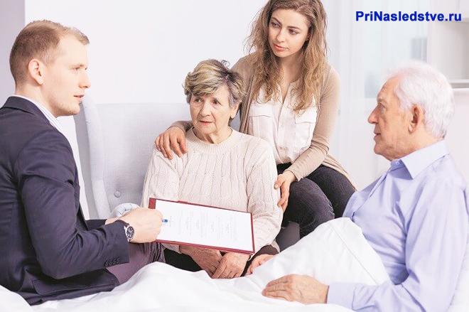 Родственники навестили пожилого мужчину в больнице